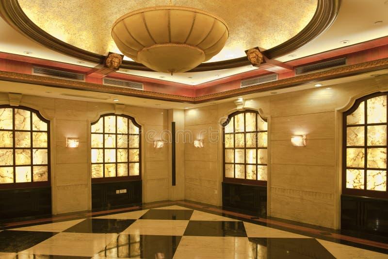 Uma luz e um corredor luxuoso brilhante do hotel imagens de stock
