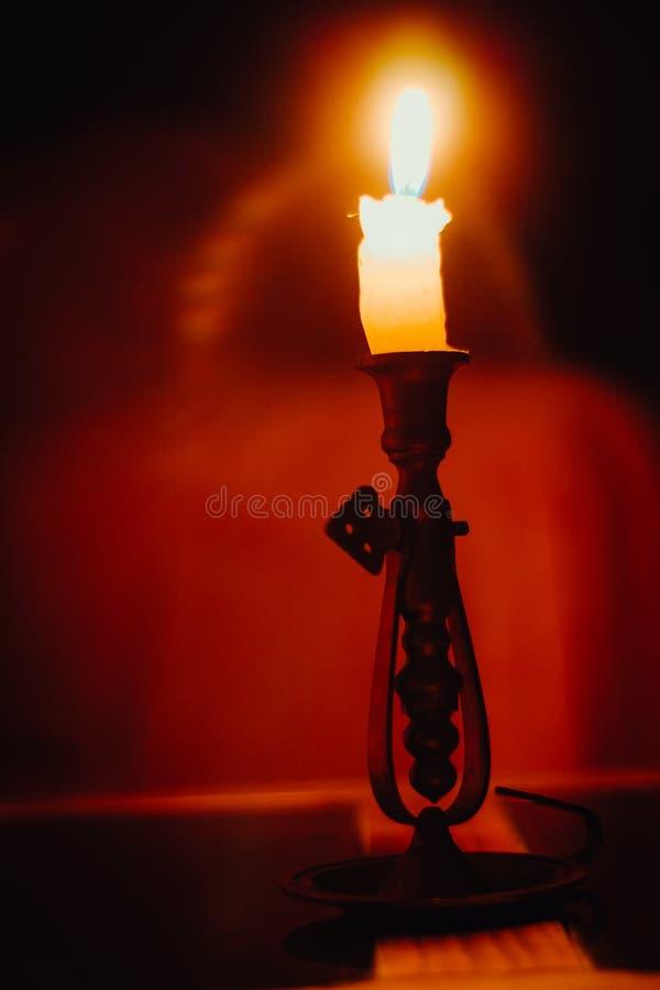 Uma luz pequena na obscuridade fotografia de stock