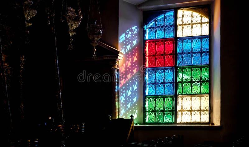 Uma luz que atravessa uma janela colorida fotos de stock royalty free