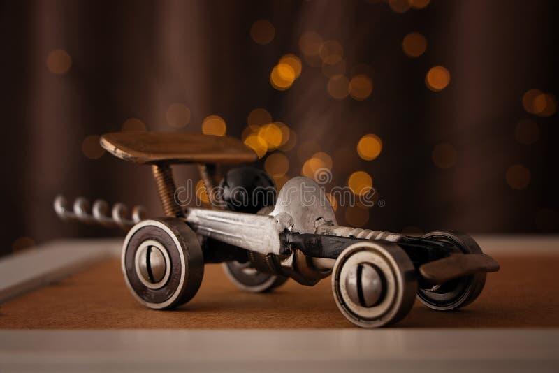 Uma máquina de aço da lembrança está em uma bancada de madeira imagens de stock royalty free