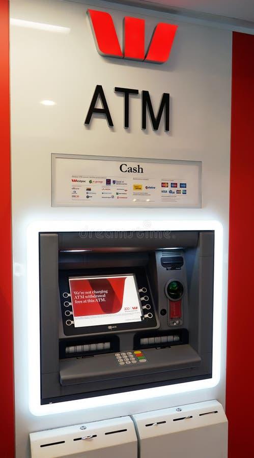 Uma máquina de caixa automatizado ATM do banco de Westpac, trabalha para todos os cartões principais do crédito e de banco foto de stock royalty free
