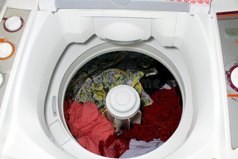 Uma máquina de lavar dos clotes fotografia de stock