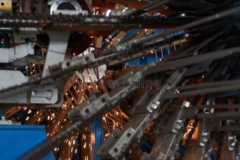 Uma máquina de soldadura automática de trabalho e de brilho foto de stock
