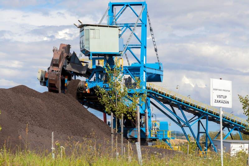 Uma máquina escavadora gigante da roda na mina de carvão marrom fotografia de stock royalty free