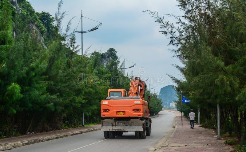 Uma máquina escavadora na rua em Ha longo, Vietname fotografia de stock royalty free