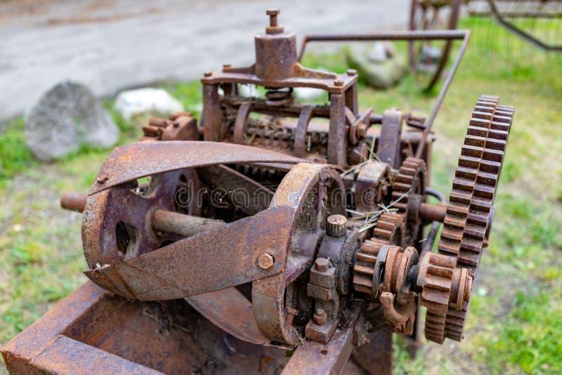 Uma máquina oxidada velha usada em uma exploração agrícola Interruptor inversor da palha no museu foto de stock