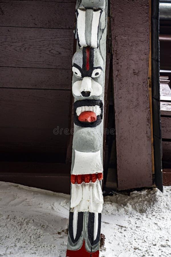 Uma máscara assustador como um suporte de sustentação da galeria exterior da igreja do ` s de St Peter em Beho, Bélgica imagens de stock