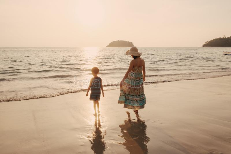 Uma mãe e um filho no ar livre no por do sol com espaço da cópia imagem de stock royalty free