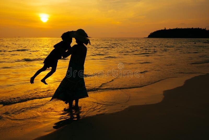 Uma mãe e um filho no ar livre no por do sol com espaço da cópia fotos de stock royalty free