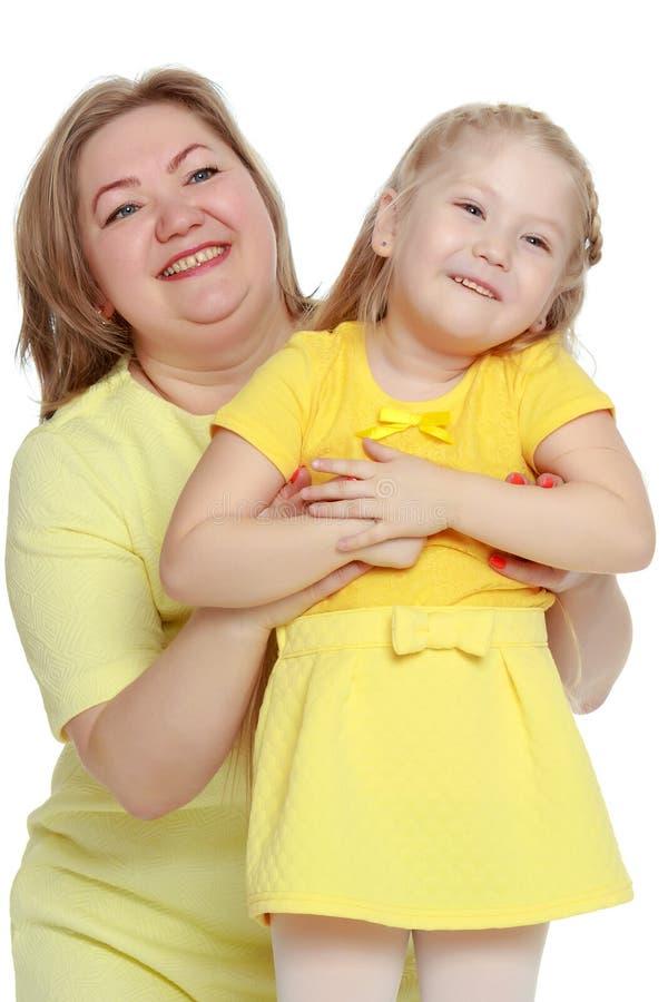 Uma mãe feliz abraça sua filha amado fotos de stock