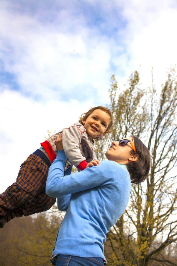 Uma mãe nova lanç o bebê acima fotografia de stock royalty free