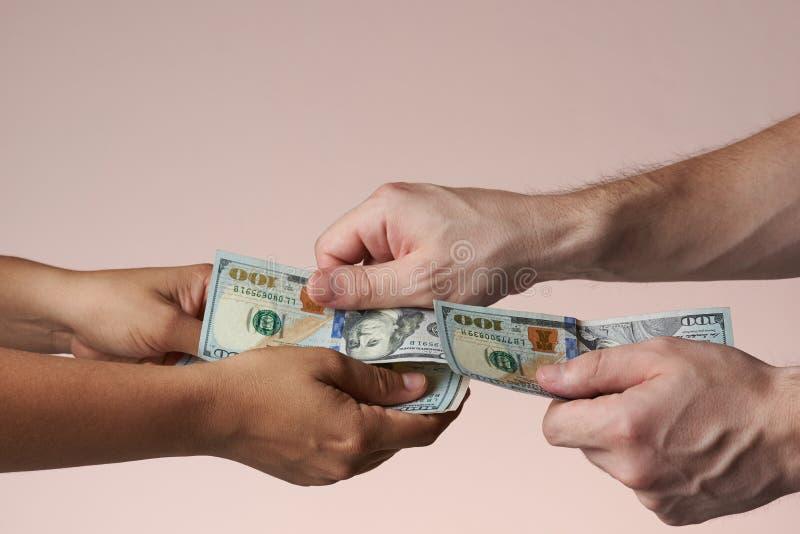 Uma mão pôs cem notas de dólar imagens de stock royalty free