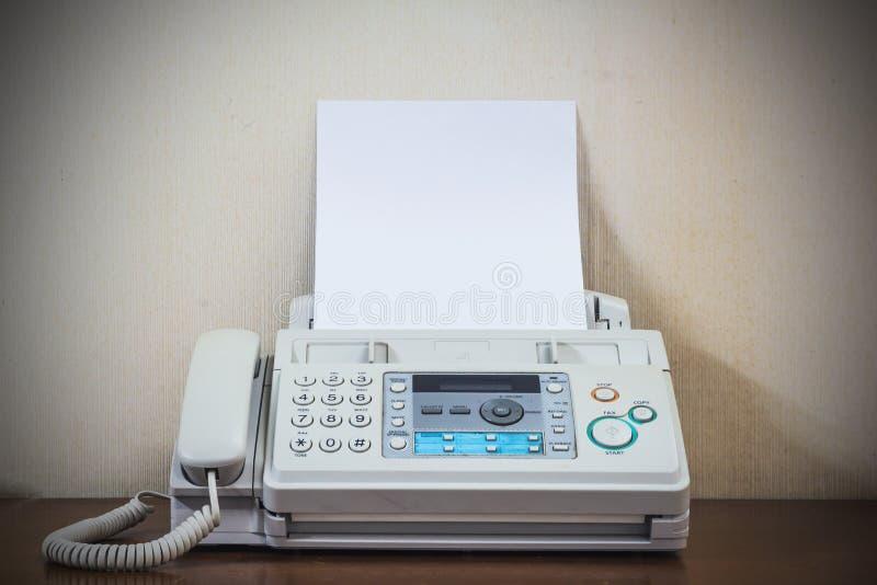 Uma mão que empurra o fax velho da tecla 'Iniciar Cópias' fotos de stock