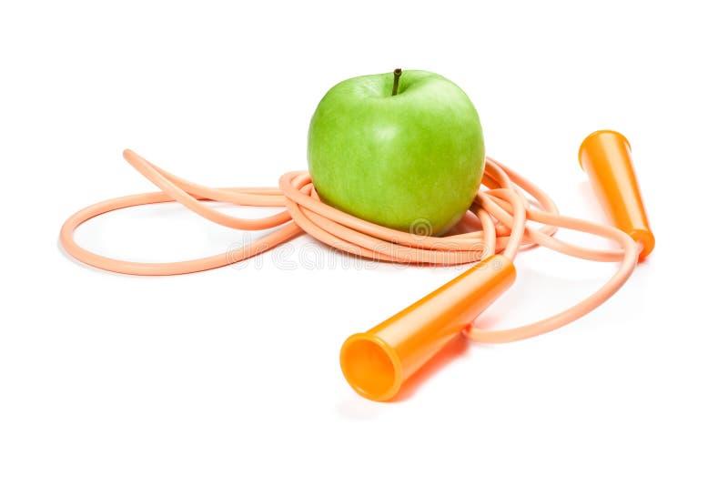 Uma maçã e uma corda verdes no branco foto de stock royalty free