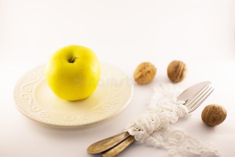 Uma maçã um o dia, começo da dieta, fundo branco foto de stock