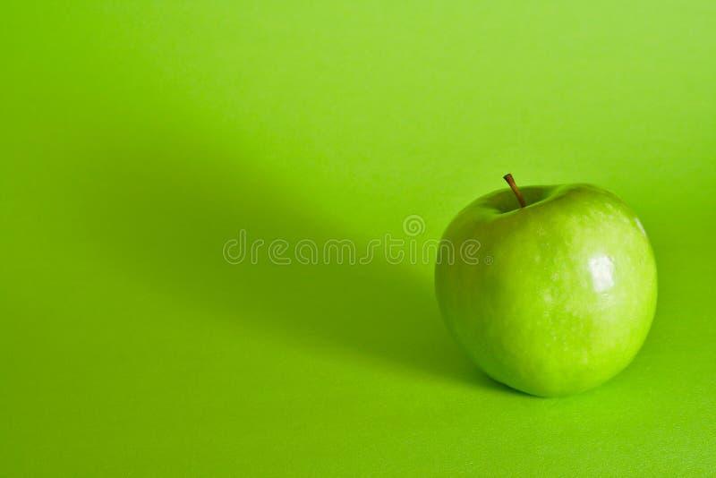 Uma maçã um o dia mantem o doutor ausente foto de stock
