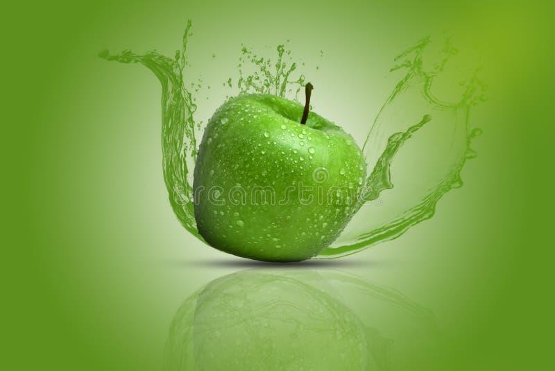 Uma maçã verde fresca, suculenta e saboroso que causa o respingo da água em todos os sentidos Fundo verde foto de stock