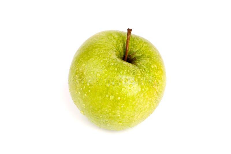 Uma maçã verde grande inteira em gotas da água fundo branco no fim isolado acima da vista superior macro foto de stock