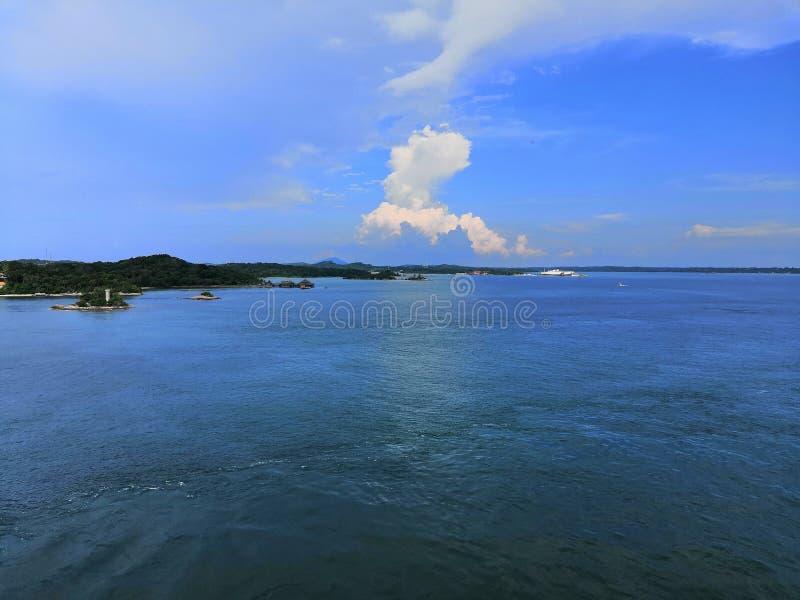 Uma manhã da paz com céu azul imagem de stock royalty free