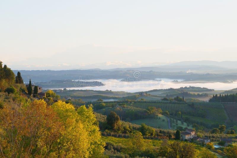 Uma manhã de setembro à proximidade do sity de San Gimignano Italy foto de stock