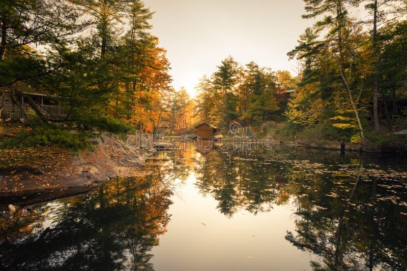 Uma manhã do outono em uma baía calma do lago fotos de stock royalty free