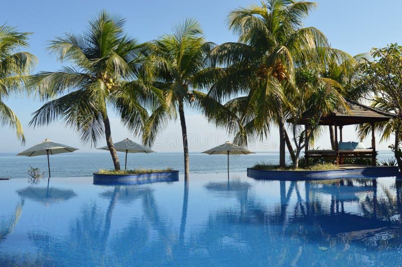 Uma manhã na piscina que enfrenta o Oceano Índico imagem de stock