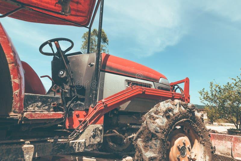 Uma maquinaria agrícola Elementos e partes da agro-tecnologia Um close up do trator imagem de stock royalty free