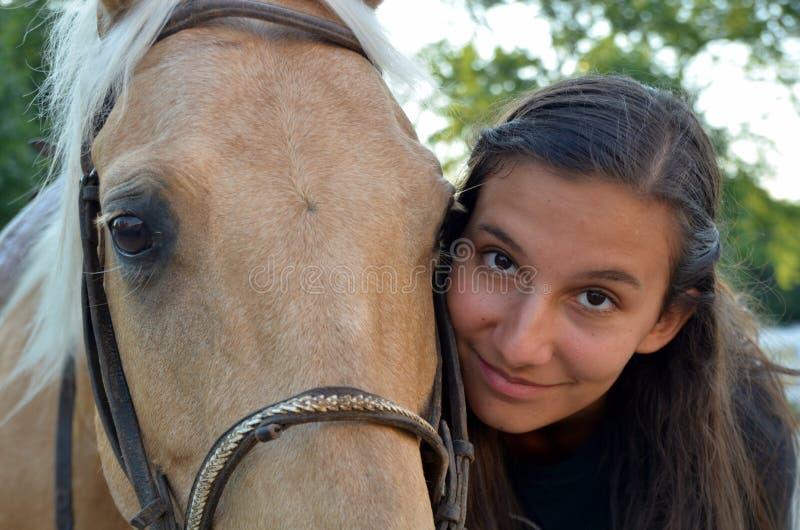Uma menina adolescente com seu cavalo imagens de stock