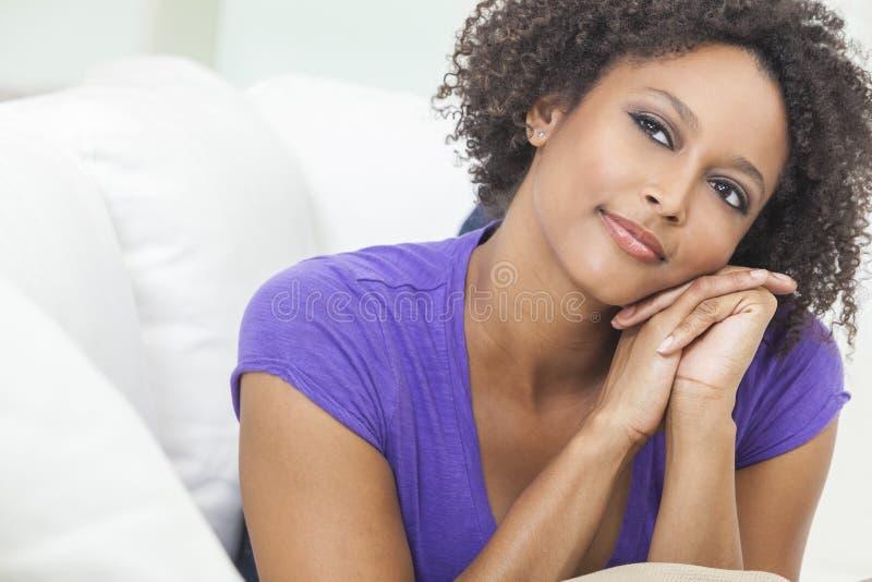 Menina americana africana feliz da raça misturada foto de stock royalty free
