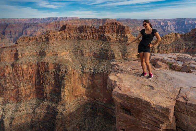 Uma menina aprecia a vista sobre Grand Canyon imagem de stock royalty free