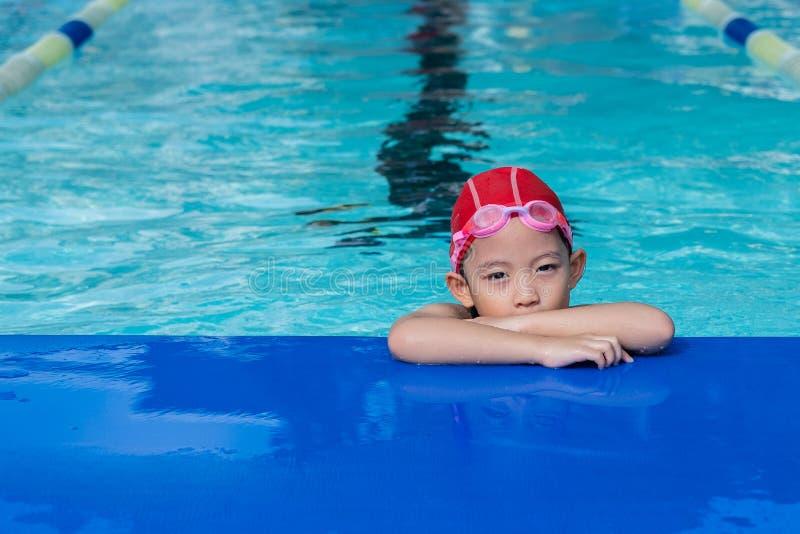 Uma menina aprende como nadar imagens de stock royalty free