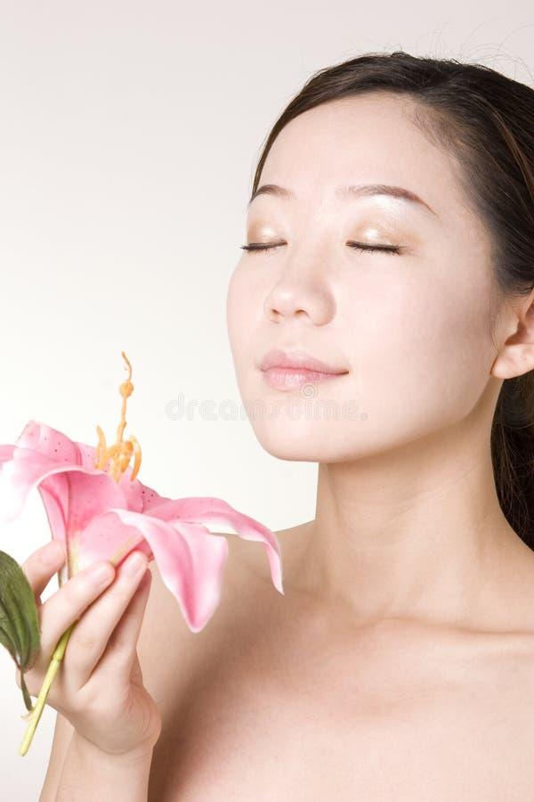 Uma menina asiática com pele bonita após termas imagem de stock