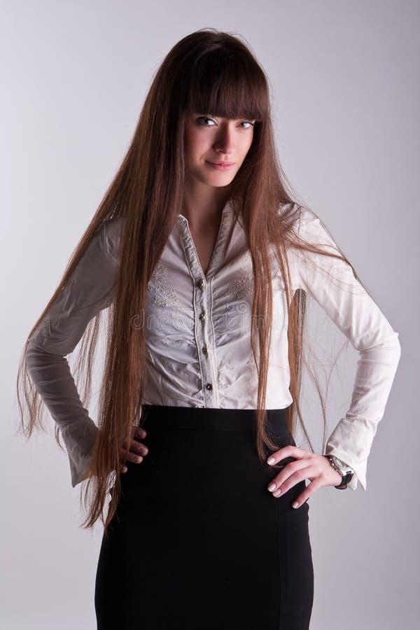 Uma menina bonita com cabelo longo fotos de stock royalty free