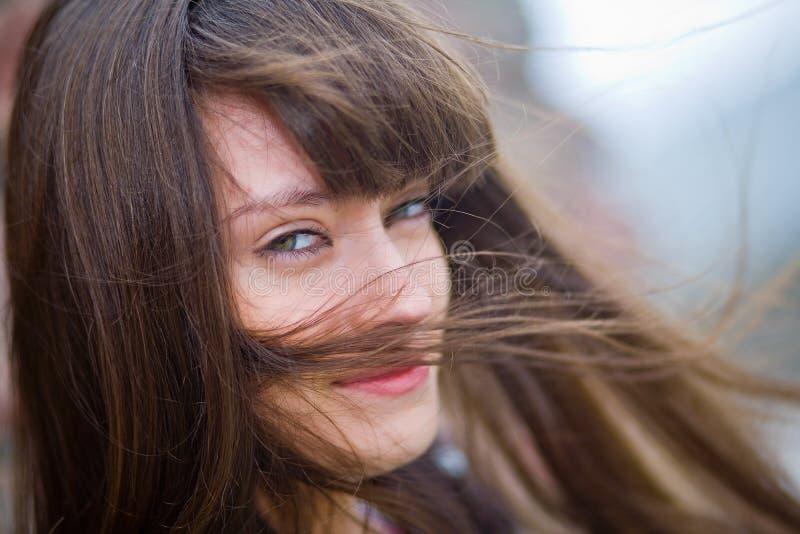 Uma menina bonita com cabelo longo fotos de stock