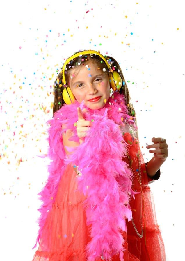 Uma menina bonita com uma boa de pena cor-de-rosa fotografia de stock royalty free
