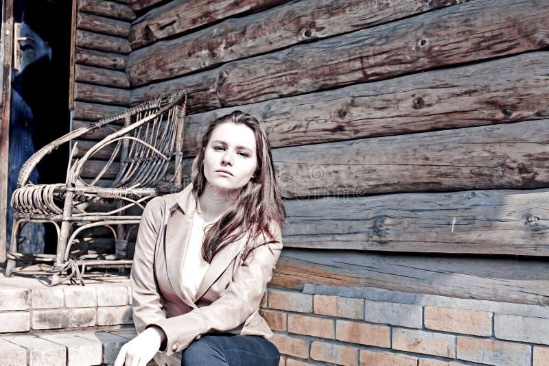 Uma menina bonita e uma casa velha imagens de stock