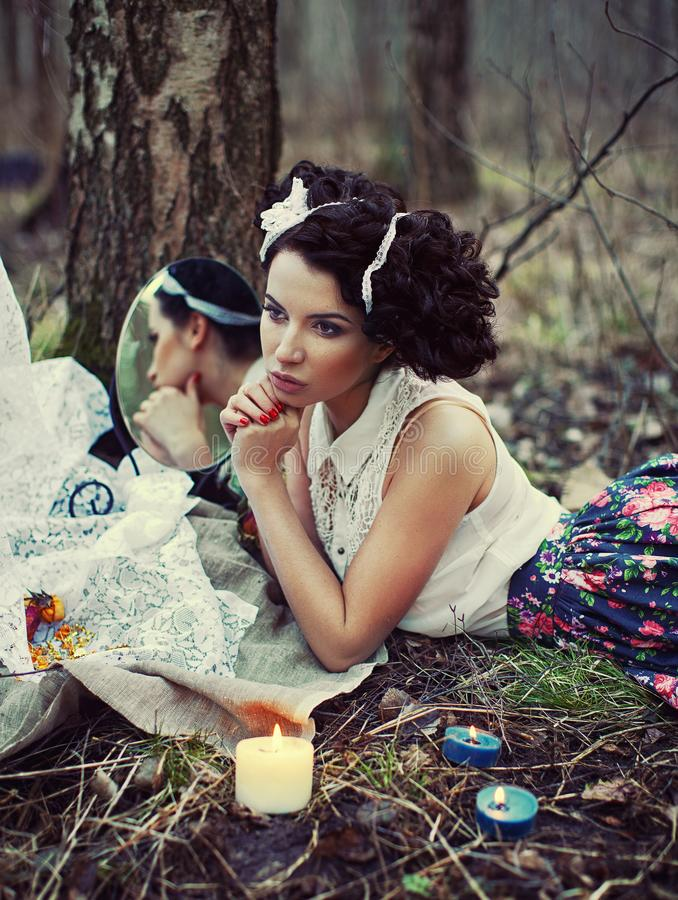 Uma menina bonita na floresta queima letras fotografia de stock royalty free