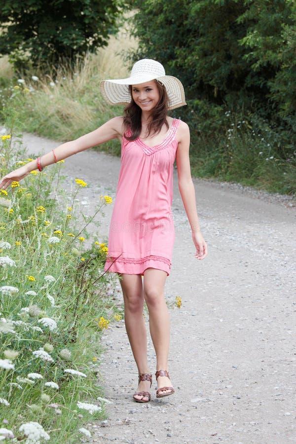 Uma menina bonita no país imagem de stock