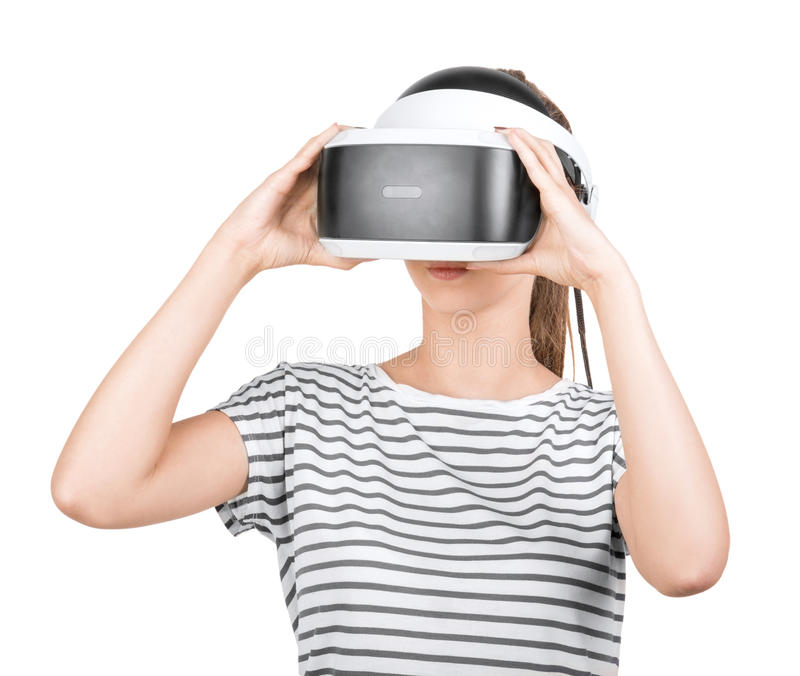 Uma menina bonita nos auriculares de VR isolados em um fundo branco Tecnologias inovativas Um gamer fêmea em vidros de uma realid imagem de stock royalty free
