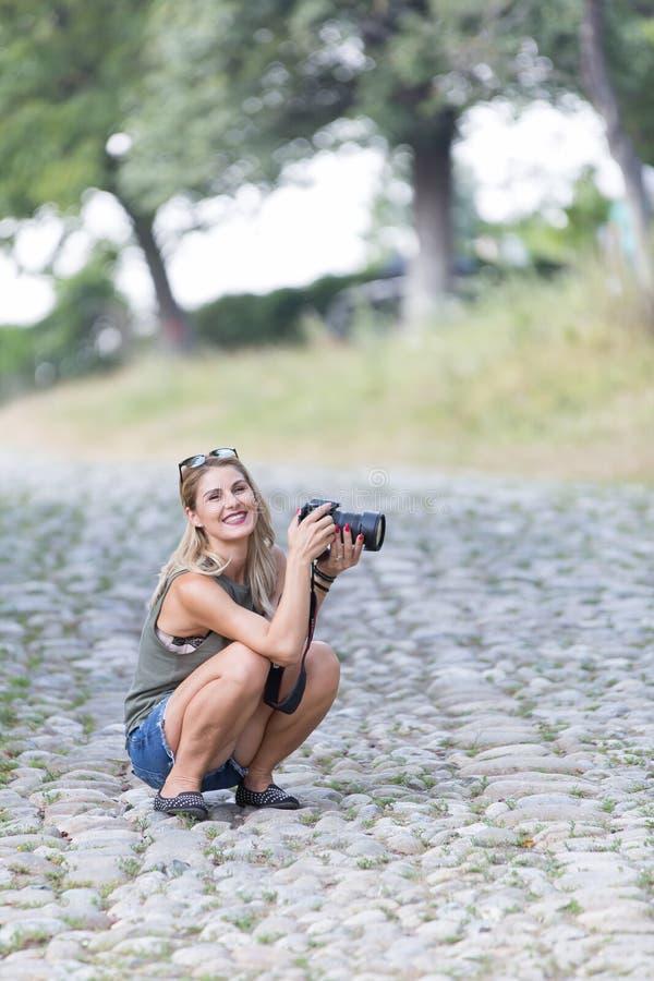 Uma menina bonita que abraça a fotografia fotografia de stock