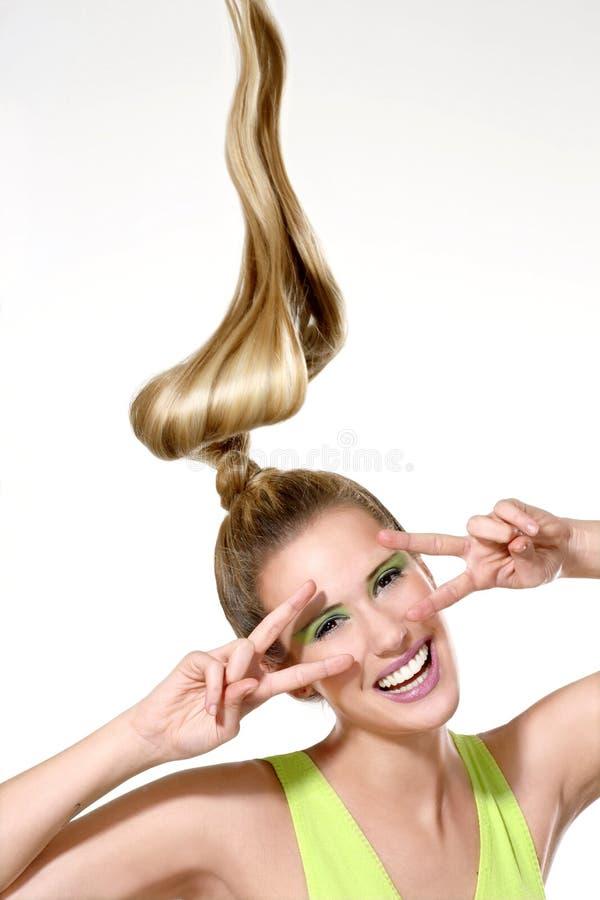 Download Uma Menina Bonita Que Mostra O Cabelo Ventoso Longo Foto de Stock - Imagem de blond, composição: 29843846