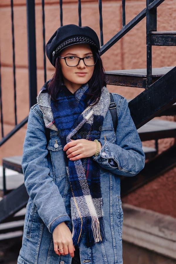 Uma menina bonito, bonita em um terno ? moda anda em torno da cidade e das poses imagens de stock