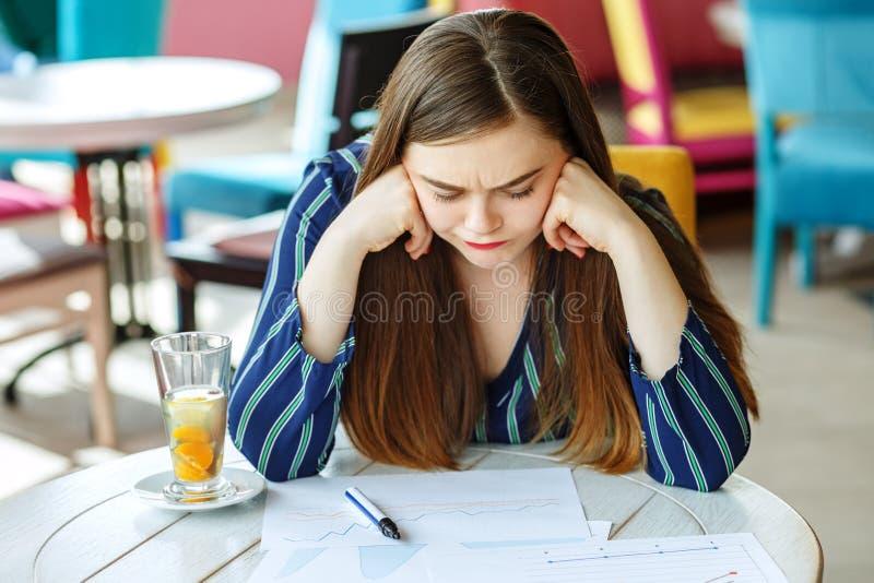 Uma menina cansado do estudante prepara-se para o exame O conceito dos lifes foto de stock royalty free