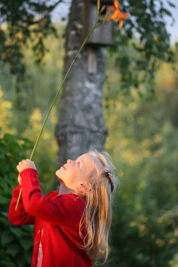 Uma menina com flor do lírio fotos de stock