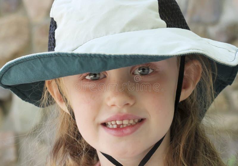 Uma menina com olhos azuis e um chapéu flexível de Sun fotos de stock