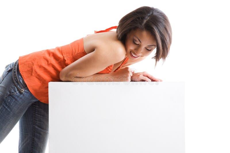 Uma menina com quadro de avisos em branco fotos de stock