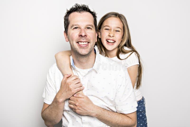 Uma menina com seu pai, isolado no fundo branco foto de stock