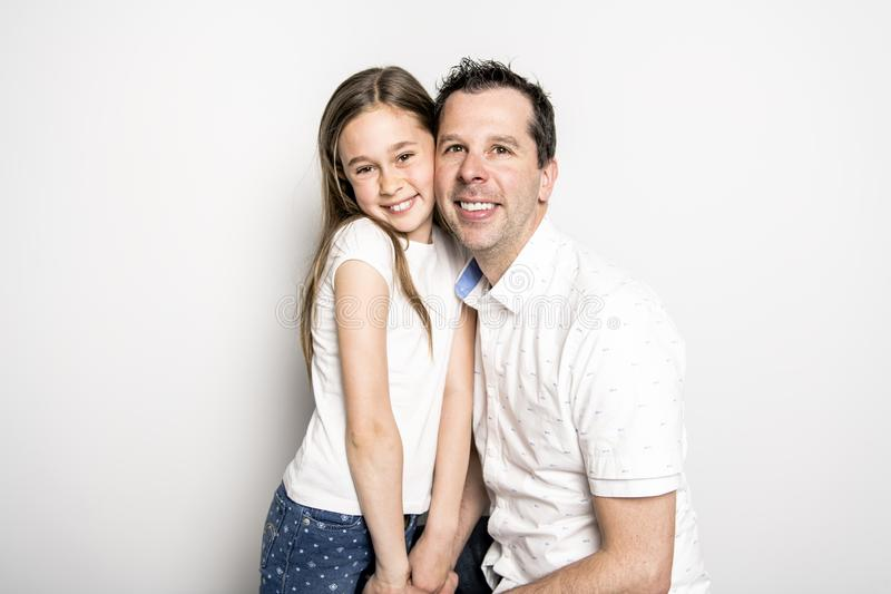 Uma menina com seu pai, isolado no fundo branco imagens de stock