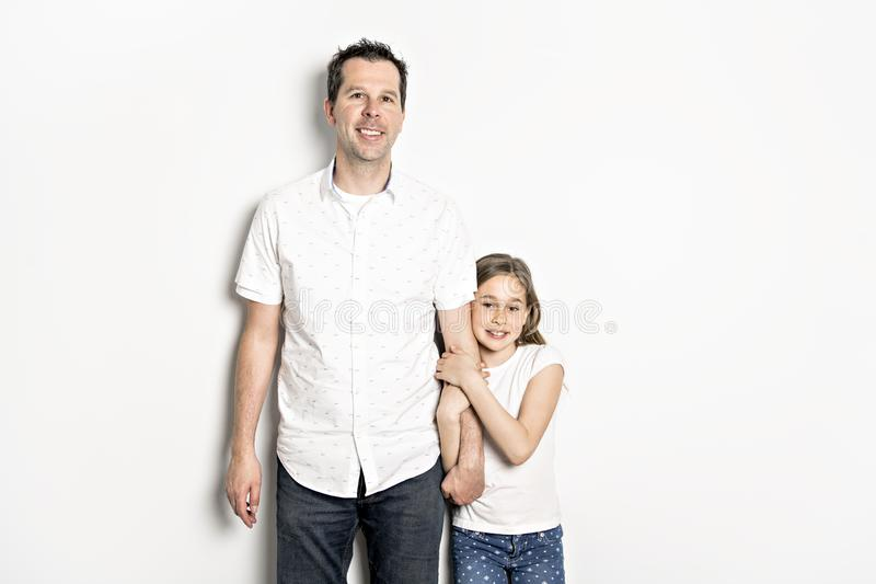 Uma menina com seu pai, isolado no fundo branco imagem de stock royalty free