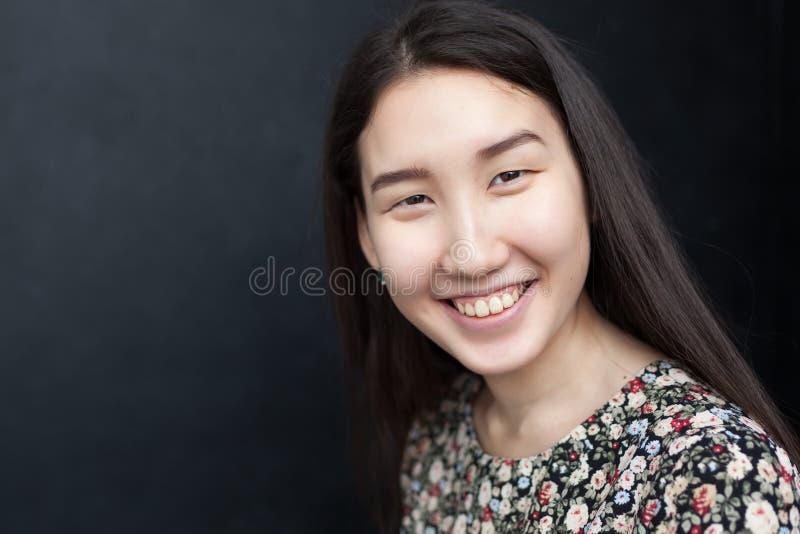 Uma menina com sorrisos asiáticos de uma aparência fotos de stock